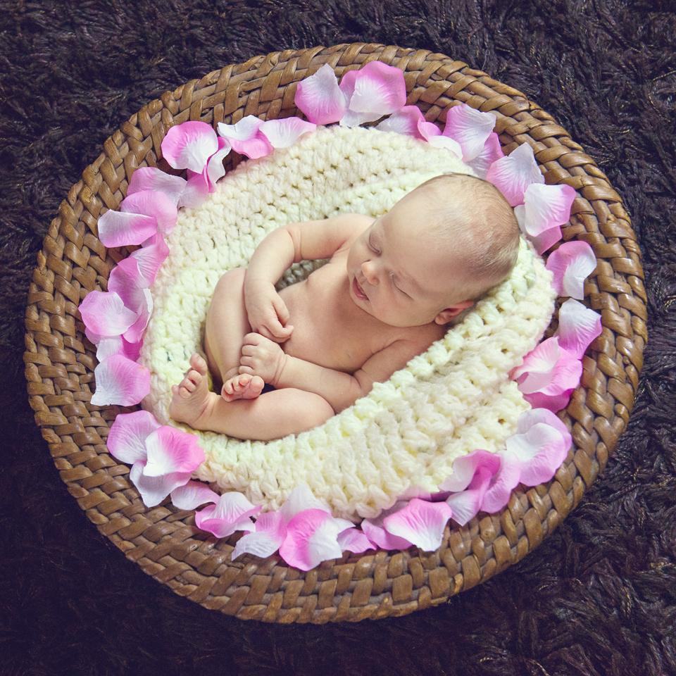 Фотосессия младенца в корзине