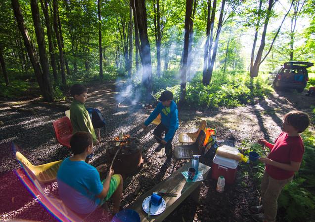 Petit matin tranquille de camping pendant le voyage Enfant Sauvage