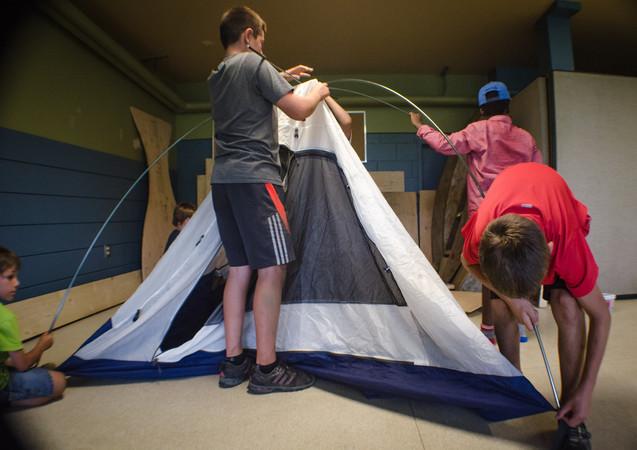 On apprend à monter une tente avec le voyage de camping sauvage !