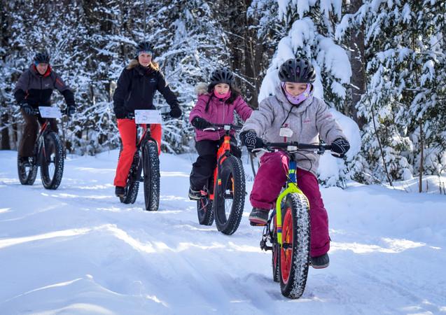 Pédaler dans la neige est parfois un défi d'équilibre.