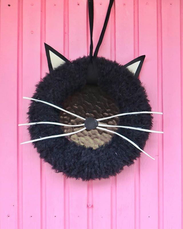 Katt dörrkrans inför Halloween