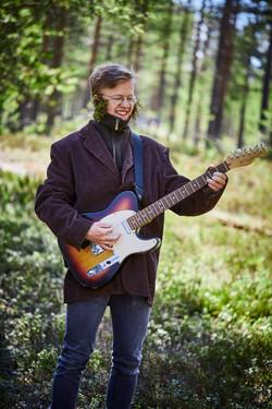 Innanförskogen_Lukas_Backeström_gitarr