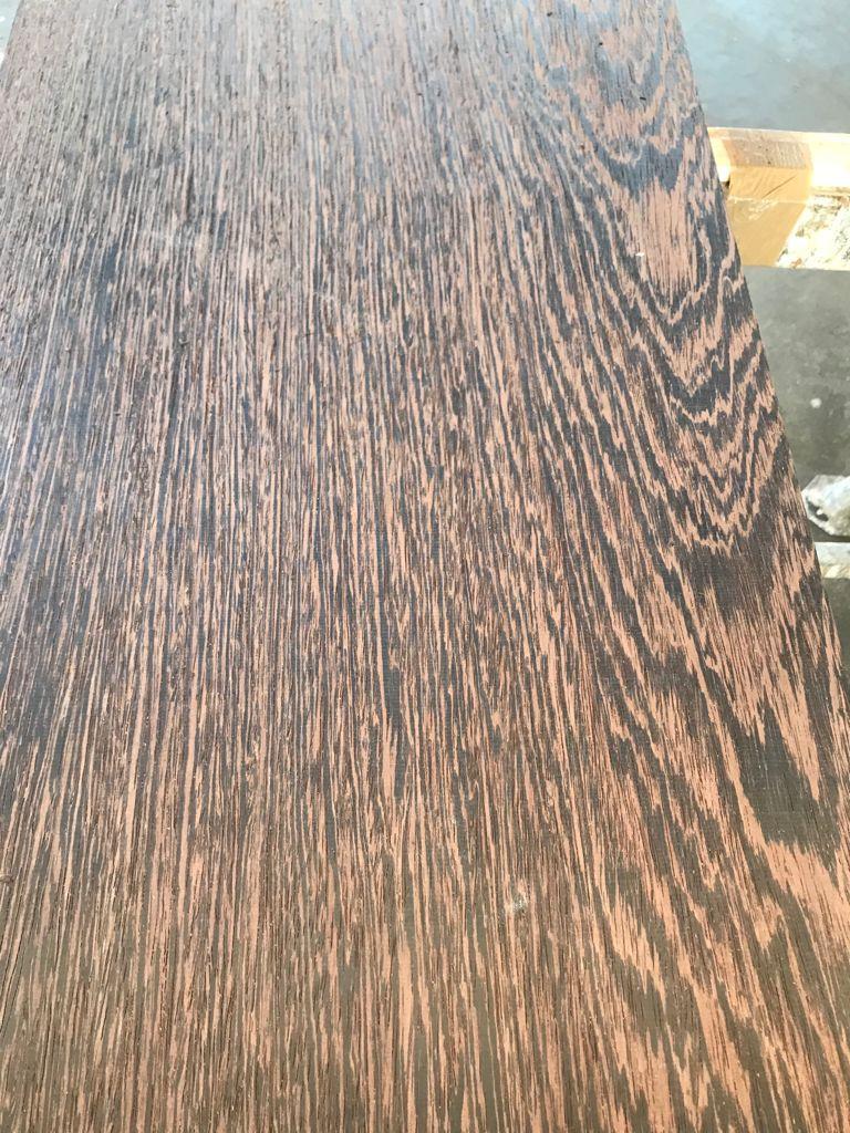 Tavola di legno di wengè piallato. Ottolini Legnami, Verona