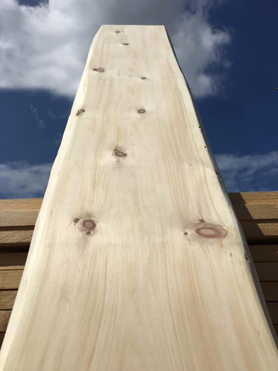 Una tavola di legno di cirmolo levigata. Ottolini Legnami, Verona