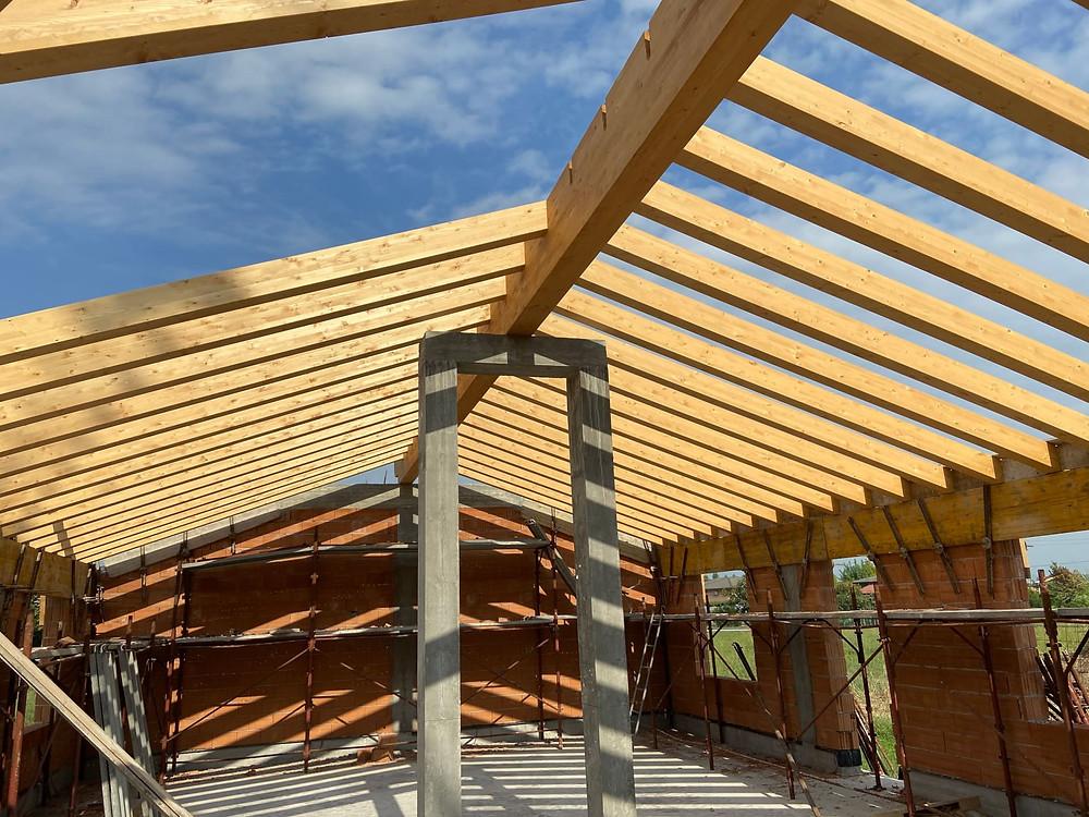 Fase di realizzazione di un tetto in legno. Ottolini Legnami, Veneto