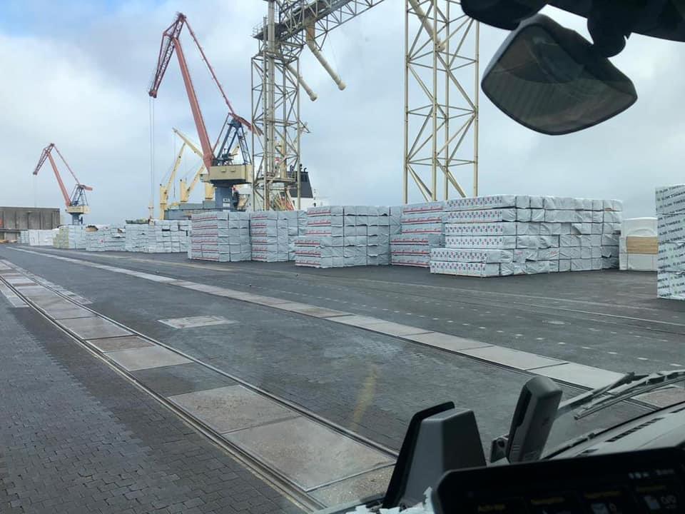 Bancali di legname da costruzione in partenza per gli USA da Rostock, in Germania
