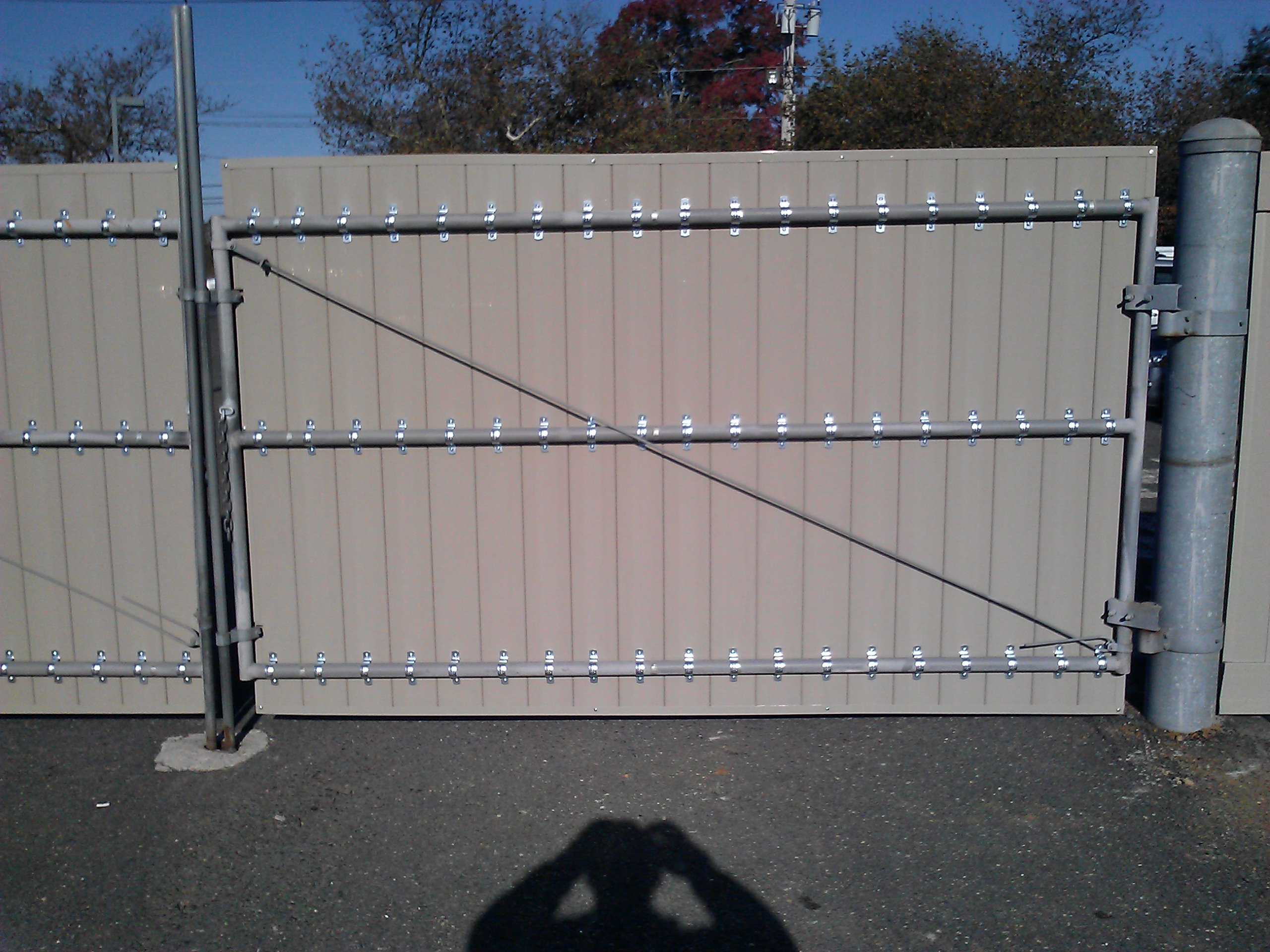 Welded metal gate w/ Vinyl pickets