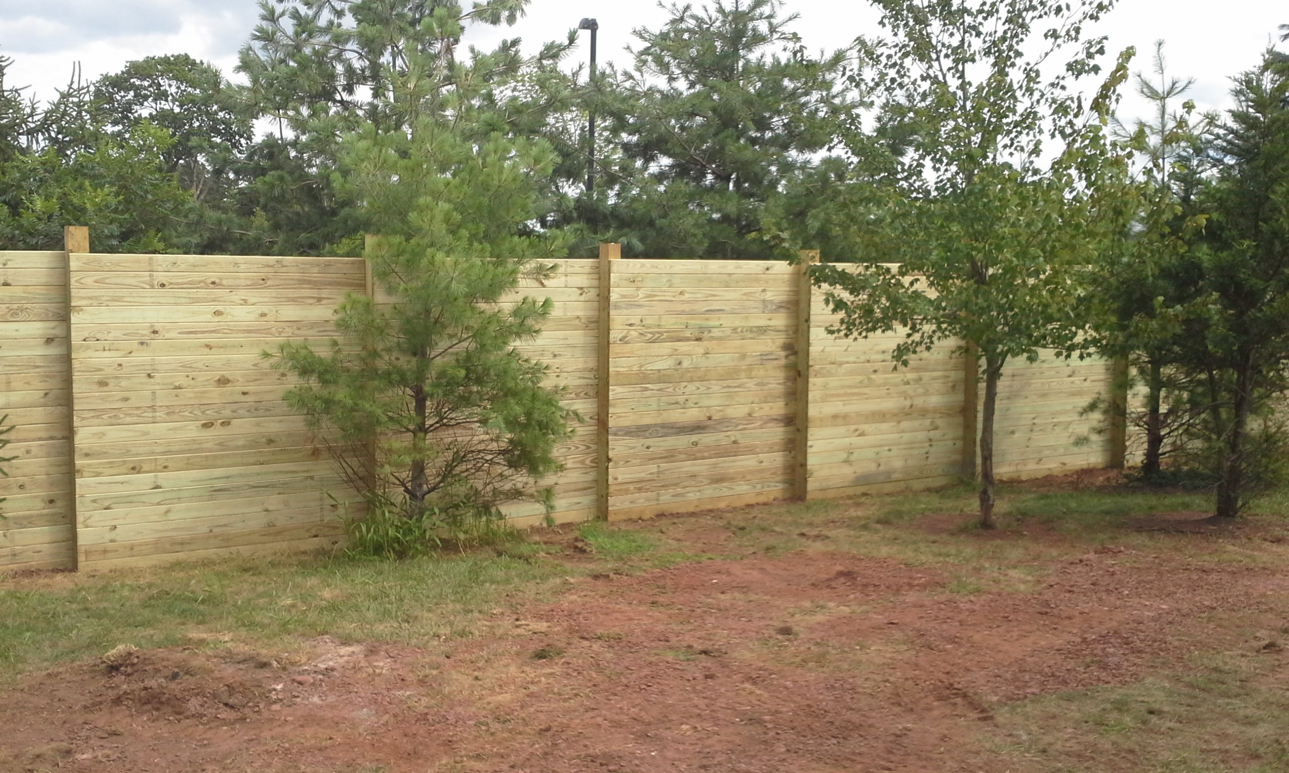 Sound suppressing fence