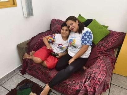 """""""Eles enxergam meu filho além do autismo"""", diz mãe sobre inclusão"""