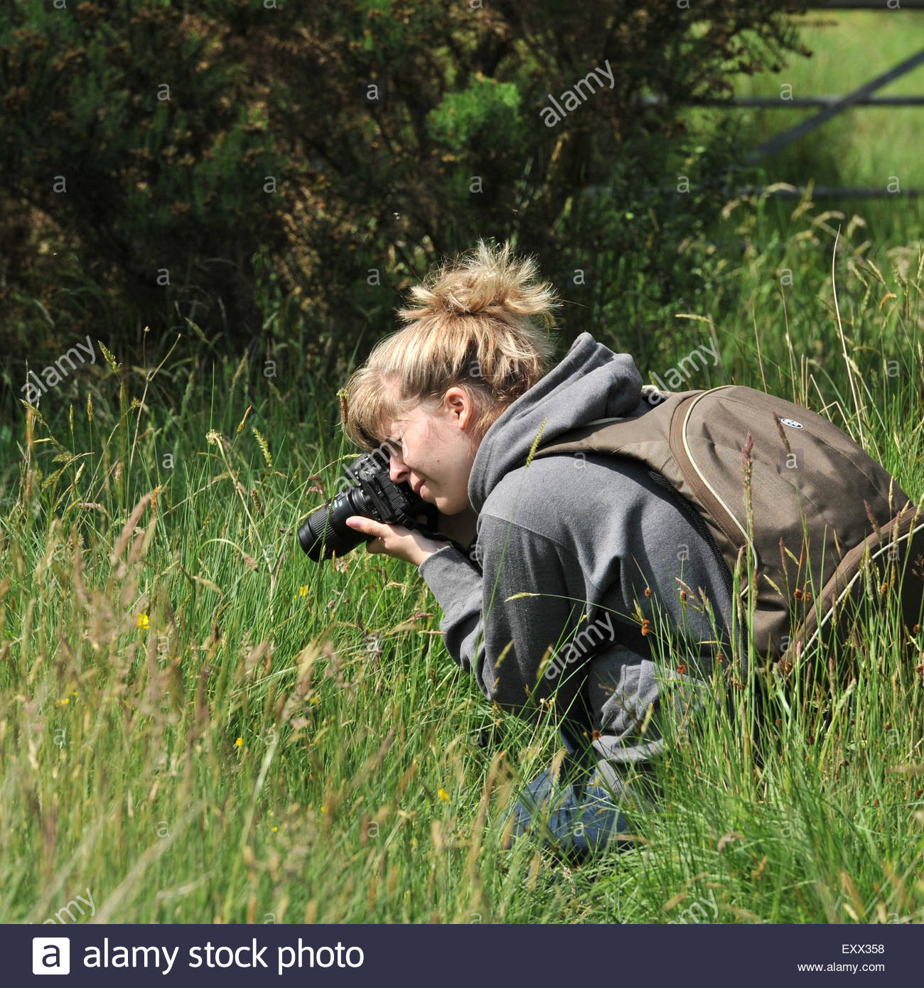 girl-photographing-nature-EXX358