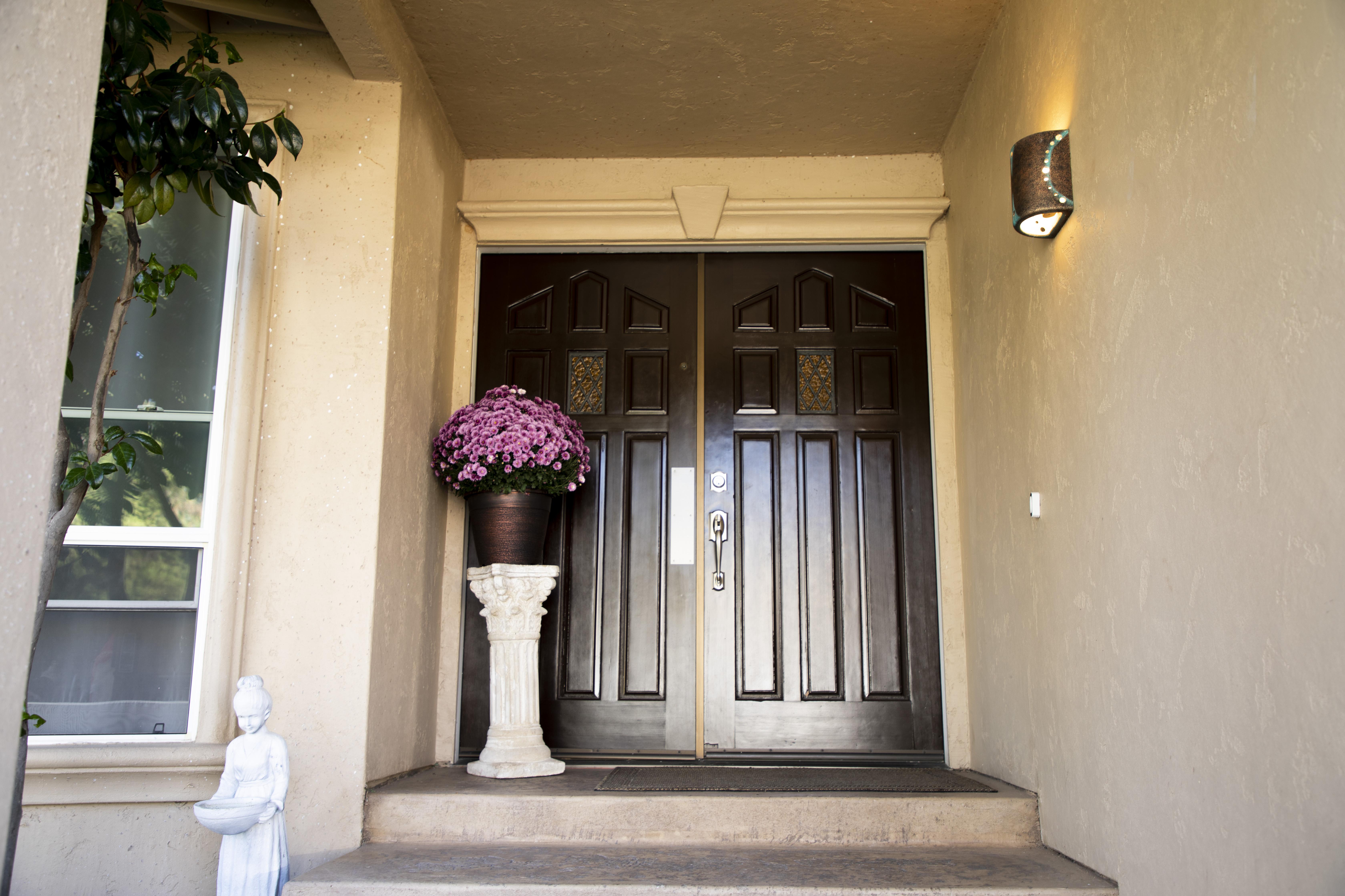 Front Door(Outside)_2.jpg