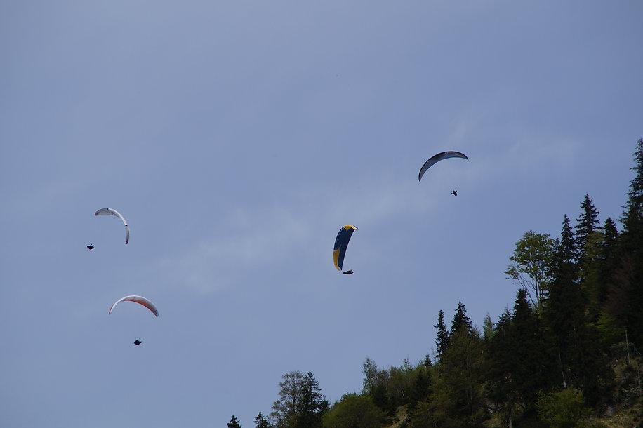 Ciel avec des parachutes