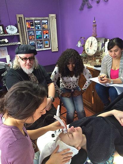 Sigel teaching ultrasonic in Paris room