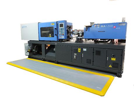 Tarima instalado en planta de inyección de plásticos para evitar la fatiga de los trabajadores.