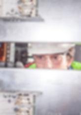 Guantes dieléctricos para electricista en uso para extraer fusibles con pértiga alicate