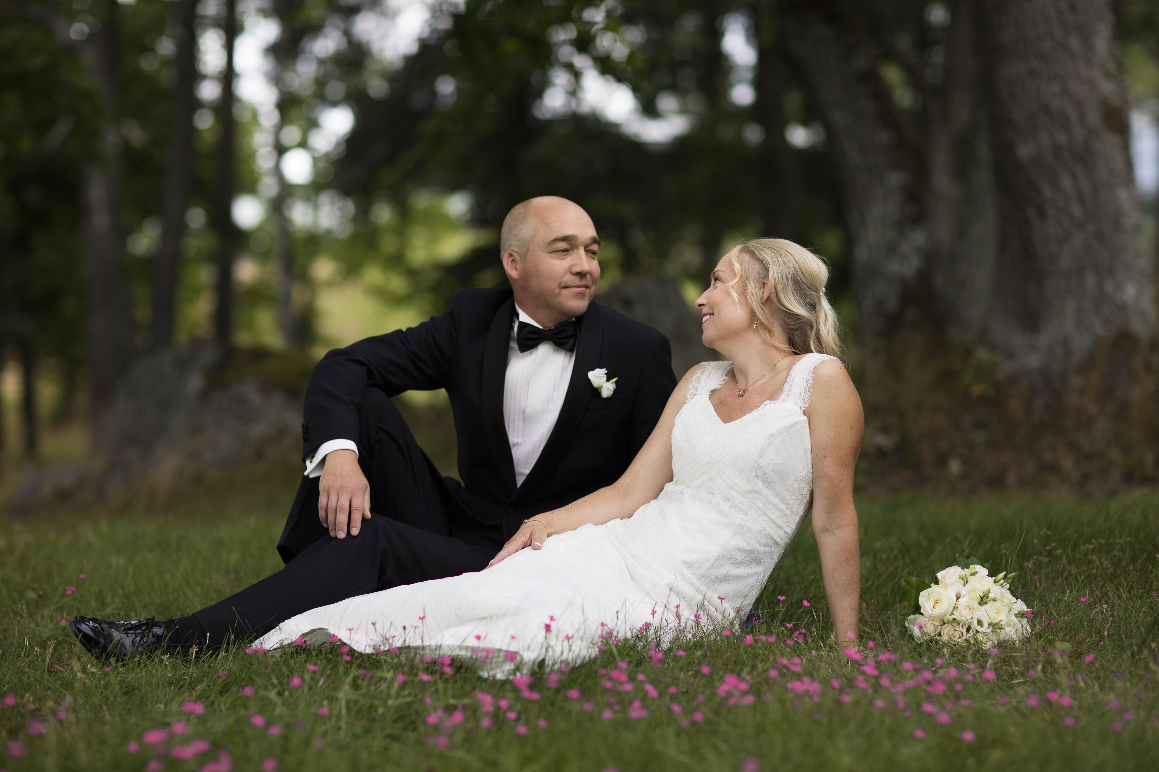Brudpar i blommande gräs Bergendal