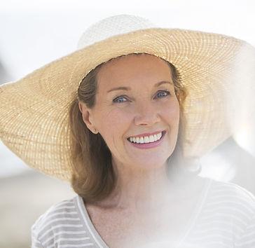 Mulher mais idosa que veste o chapéu de