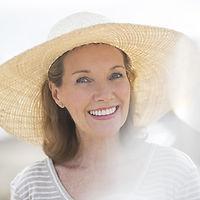 Femme âgée portant un chapeau de paille