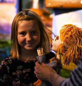 Маленькая зрительница и кукла Оливия.jpg