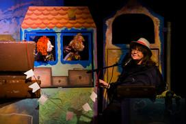 """Женя Глюкк с куклами Оливия и Даниэль в спектакле """"Робинзон Крузо"""".jpg"""