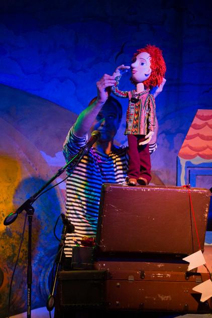 """Дмитрий Мельшин в спектакле """"Робинзон Крузо"""" с куклой Даниэль.jpg"""
