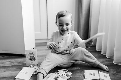 Дівчинк переглядає листівки з днем народження, та мотиваційні листівки