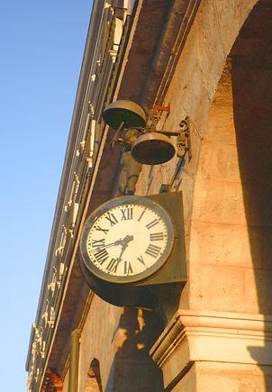 Reloj del Morito en la fachada septentrional del Teatro Principal (Burgos)