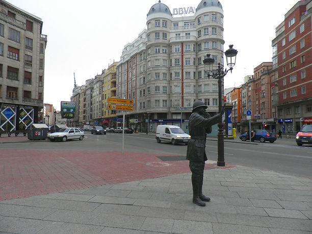 Escultura de guardia urbano en la Plaza de Vega (Burgos)
