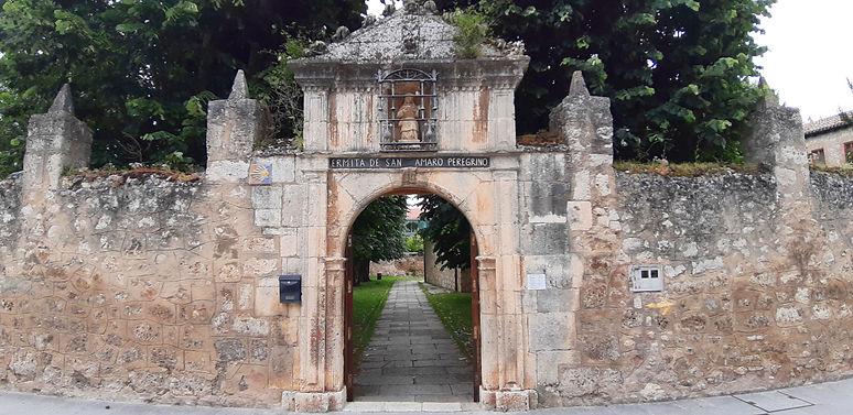 Acceso al recinto de la Ermita de San Amaro (Burgos)