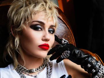 """Quem é essa Miley Cyrus em """"Plastic Hearts""""?"""