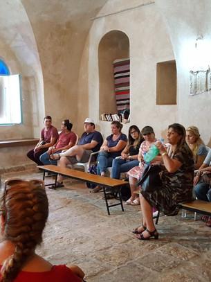 צוות בית הספר בסיור בבית הכנסת העתיק בפקיעין