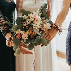 Strauß und florale Armbänder