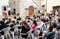 """Matthias Martelli nello spettacolo """"Il Mercante di Monologhi"""" in piazza"""