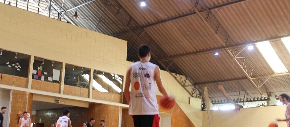 Cerca de 30 crianças e adolescentes participam de tarde de basquete