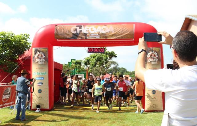Corrida na lama reúne 200 atletas na cidade das flores
