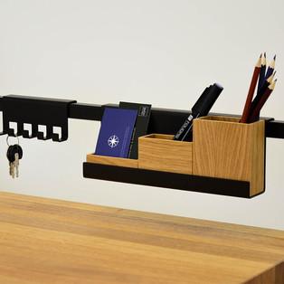 5-detal-w-biurku-drewnianym-stylowym.jpg