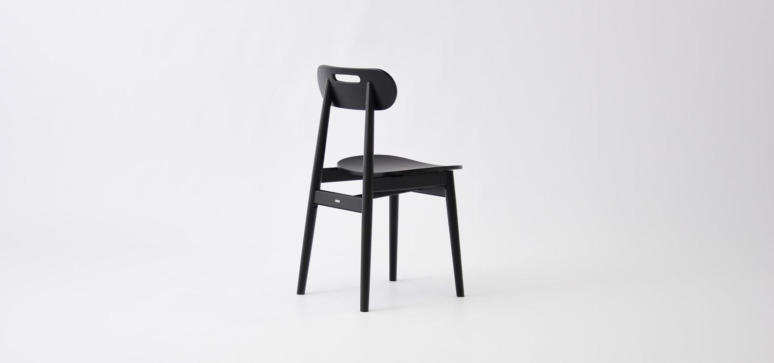 czarne-krzeslo-drewno-skandynawskie.jpg