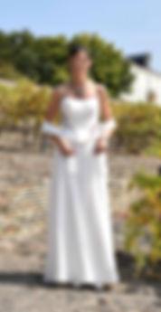 Création Filenville, Mariée bustir en satin de polyester froissé couleur ivoire, guipure bordeaux, biais et lacage dos bordeaux, jupe en mousseline ivoire doublée