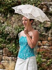 Création Filenville Mariée avec bustier coloré réhaussé d'un top dentelle à encolure large, jupe portefeuille en lin. Photo Joseph Barbereau