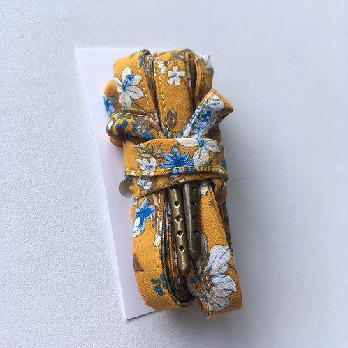 Lacets fleuris fond jaune