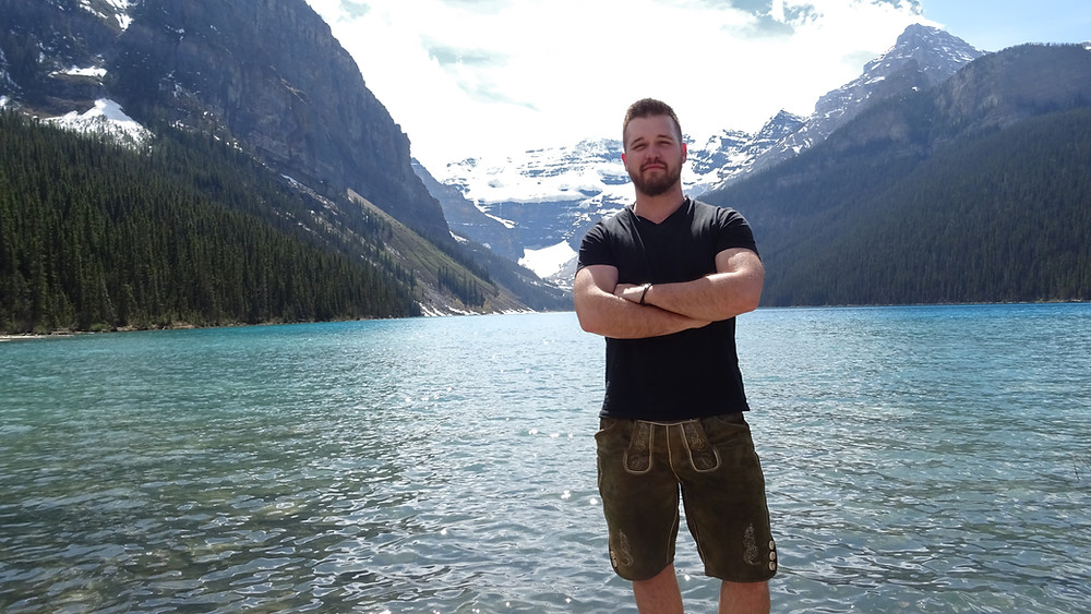 In Lederhosen am Lake Louise. Foto: Christian Langer / In Lederhosen um die Welt