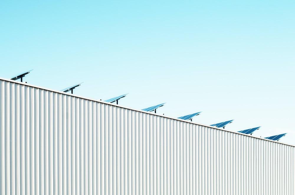 Fotovoltaické panely na střeše výrobní haly