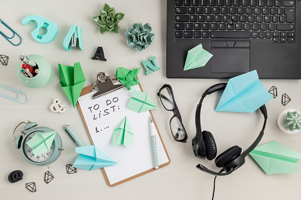 bureau en désordre avec une to-do list vide, des origamis et de la procrastination