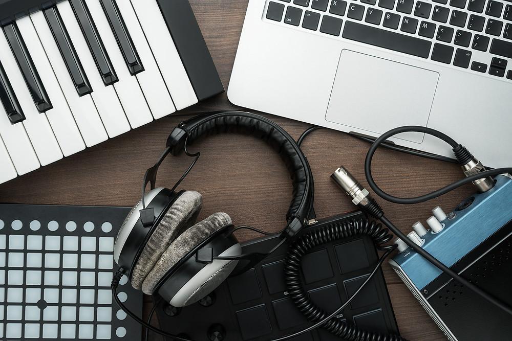 casques audio avec mac et clavier midi pour composer de la musique
