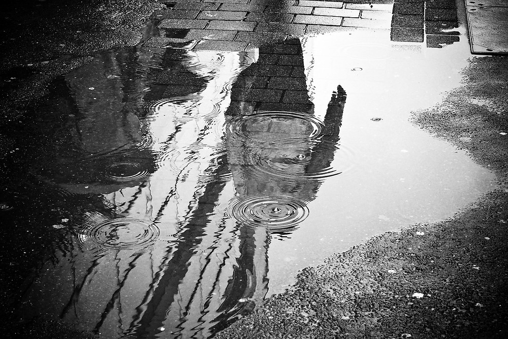 Fonte: https://pixabay.com/en/rain-puddle-water-mirroring-wet-2538430/, CC0 Creative Commons
