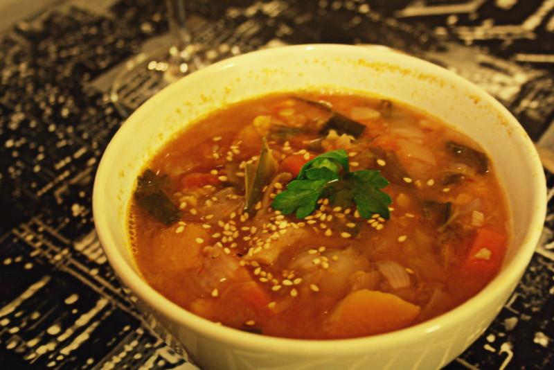 Soupe indienne d'automne, curry & coco.   Vegan et sans gluten. Pour 6 portions :   Ingrédients  1 grosse cuillère à soupe de pâte de curry rouge (se trouve facilement dans le commerce).  -3 cuillères à soupe de pulpe de tomates -3 cuillères à soupe de lait de coco -1 grand verre de lentilles corail (ou plus selon convenance) - légumes d'hiver à votre goût - j'ai pour ma part testé et recommande : 1 demi butternut, 3 carottes, 2 patates douces violettes, 1 poireau, 2 oignons, et 300 gr de pleurotes -1 petite cuillère de poudre de gingembre (ou un peu de gingembre frais) -1 cube et demi de bouillon de volaille dilué dans 1,5 L d'eau chaude -de la coriandre ou du persil selon préférence  Préparation : Faire revenir dans une cocotte en fonte les oignons émincés avec la pâte de curry et un tout petit peu d'huile d'olive. Quand les oignons deviennent translucides, ajouté un peu de bouillon de volaille. Faites revenir dans ce fond de casserole butternut, carottes, pommes de terre, poireau.  Recouvrir les légumes avec le bouillon et laissez cuire environ 20 min en couvrant, à feu moyen. Au bout de 20 mn, ajoutez les lentilles corail, la pulpe de tomates et les pleurottes (si utilisation du gingembre frais plutôt qu'en poudre incorporez le ici). Laissez cuire 1/4 d'heure à feu doux. Enfin, mettre le lait de coco, la poudre de gingembre et la coriandre fraîche, et laissez cuire 5 / 10 min tout doucement (évitez de faire bouillir le lait de coco).  Assaisonnez à votre goût si cela ne l'est pas assez, et servez. (J'ai fais le choix de décorer avec un peu de coriandre fraîche et parsemé de graines de sésames pour la couleur !).  Dégustez c'est un vrai plat d'automne qui réchauffe. Pour ceux qui le souhaitent possibilité d'ajouter des morceaux de poulet en même temps que les lentilles … mais le plat est assez copieux ainsi !  Possibilité de servir avec un petit bol de riz en accompagnement ...