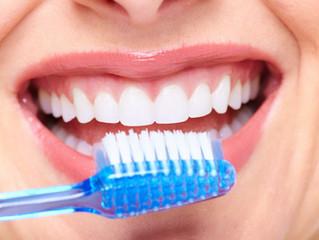 El cuidado básico de los implantes dentales
