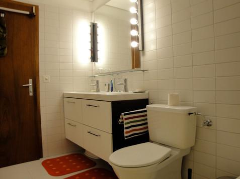 top bathroom 1.jpg