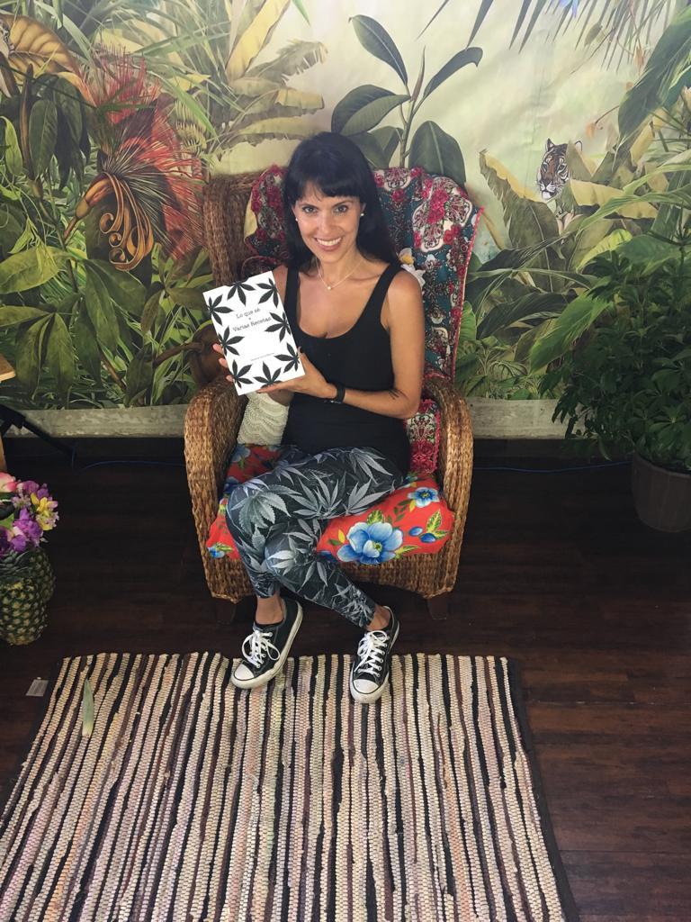 Danielle Espinel con su libro en Cannalatino