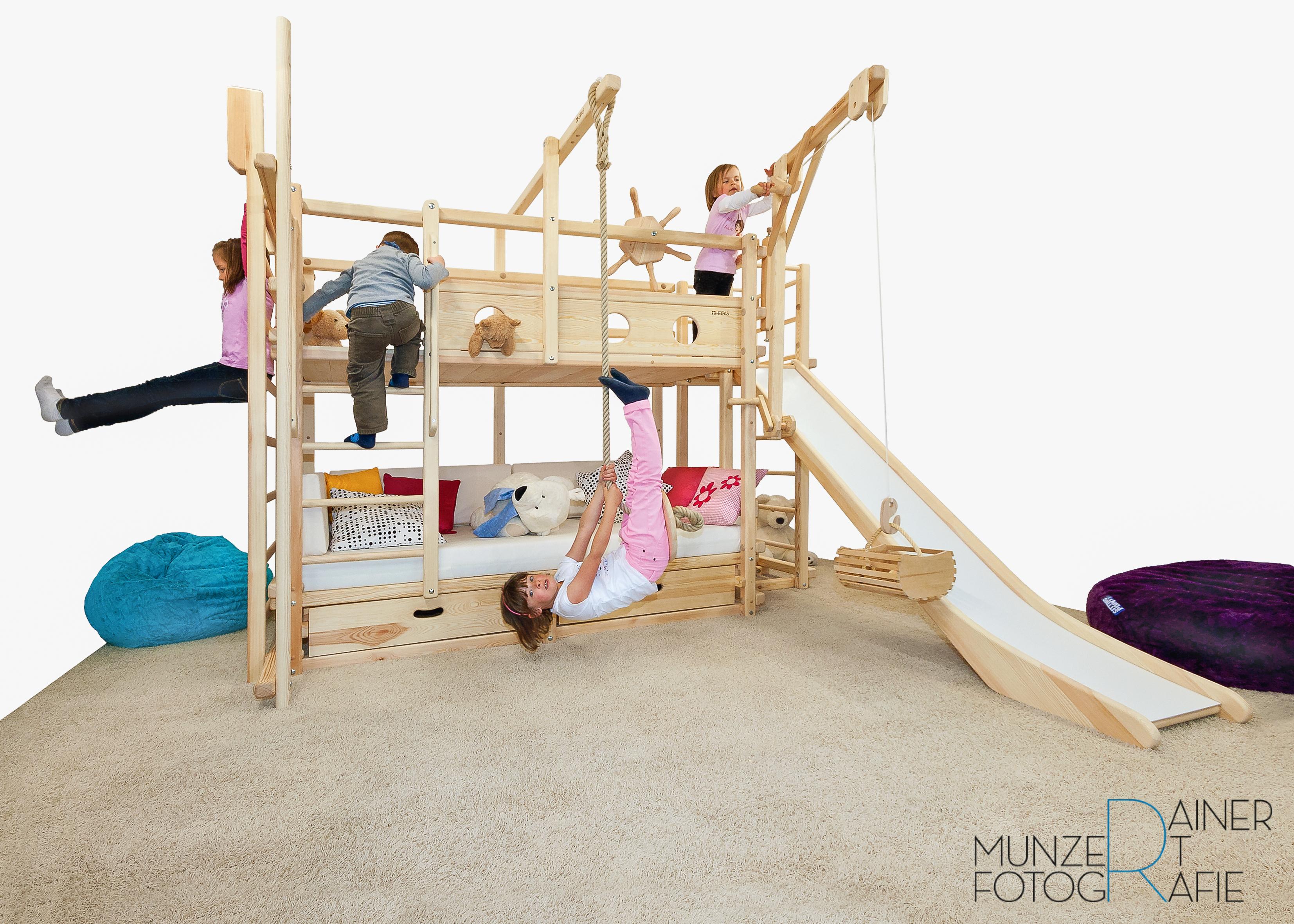 Spielbett mit Kindern